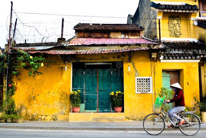 Frauen auf Fahrrad in Vietnam stockfotos