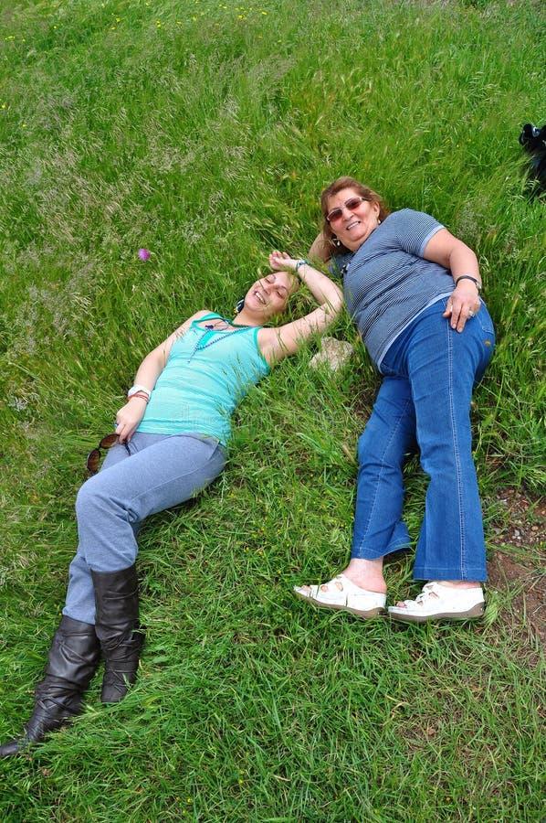 Frauen auf Gras lizenzfreies stockfoto