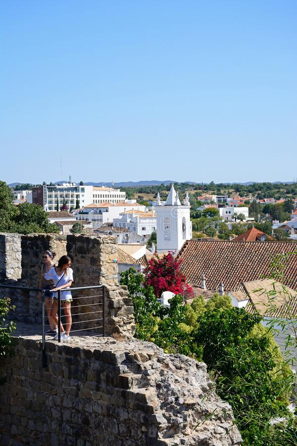 Frauen auf Schlosszinnen, Tavira lizenzfreies stockfoto