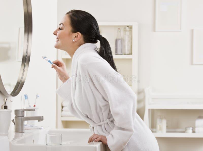 Frauen-auftragende Zähne stockbilder