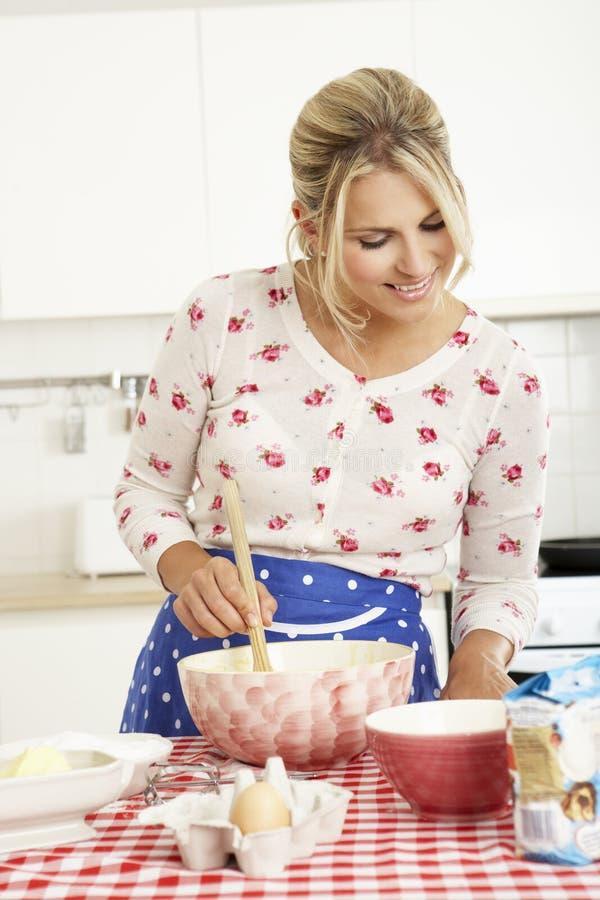 Frauen-Backen in der Küche lizenzfreies stockbild