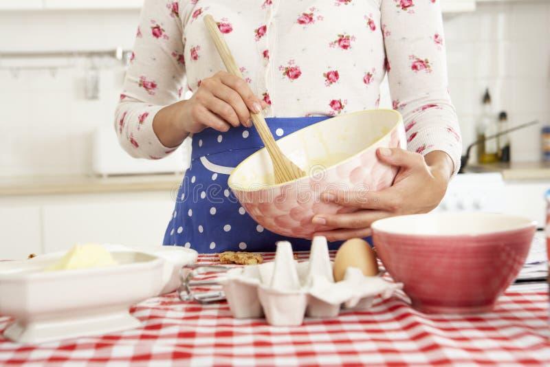 Frauen-Backen in der Küche lizenzfreies stockfoto