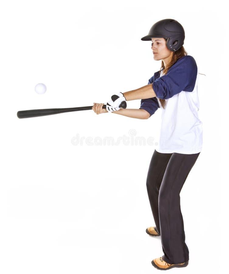 Frauen-Baseball-oder Softball-Spieler schlägt eine Kugel stockbild