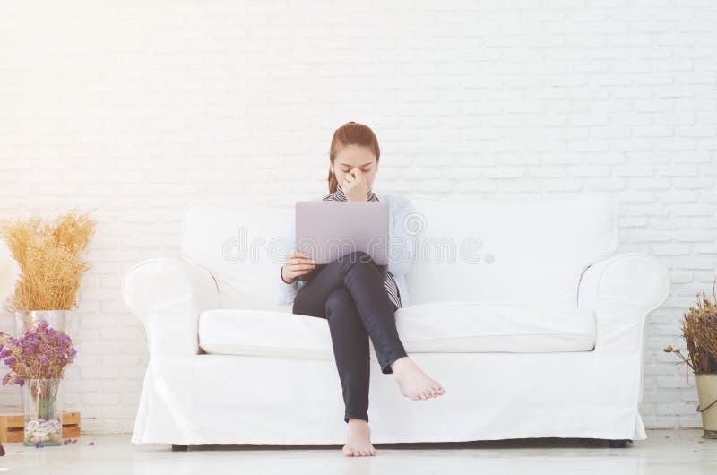 Frauen bearbeiten und haben Druck lizenzfreie stockfotos