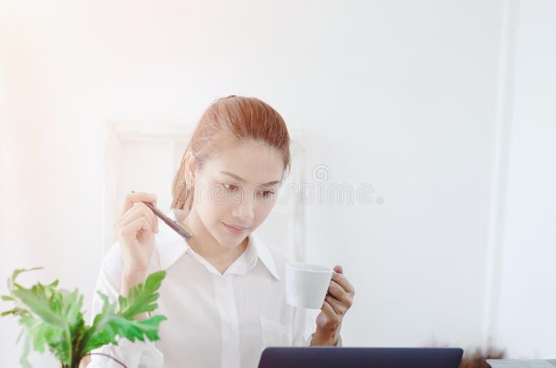 Frauen bearbeiten und haben Druck stockfotos