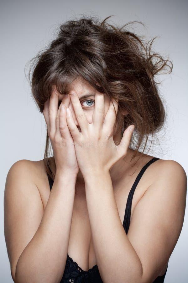 Frauen-Bedeckungs-Gesicht mit ihrer Hand lizenzfreies stockfoto