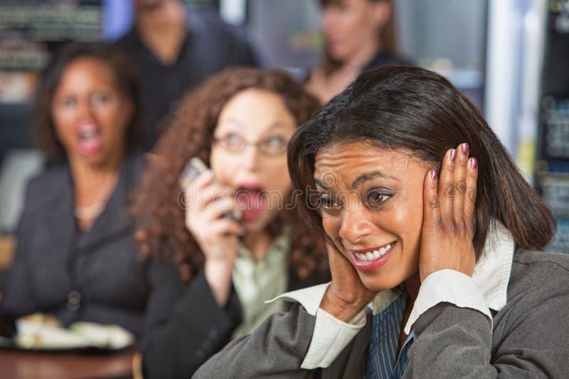 Frauen-Bedeckungs-Ohren lizenzfreie stockfotografie