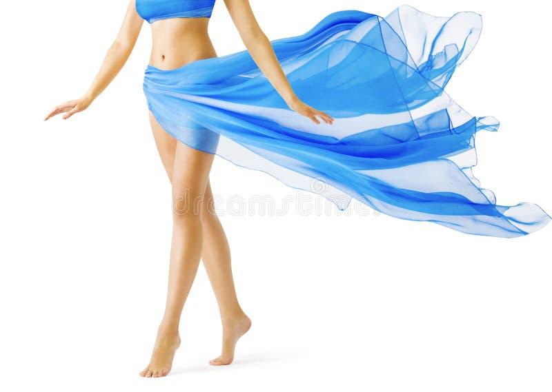 Frauen-Beine, Mädchen im blauen wellenartig bewegenden Kleid, Bein gehen auf Weiß auf den Zehen lizenzfreie stockbilder