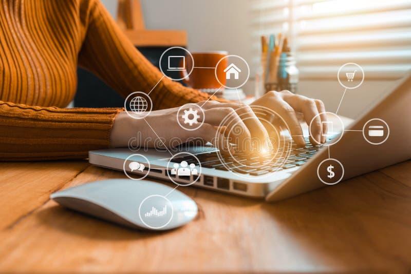 Frauen benutzen die Tastatur für Laptops für das on-line-Einkaufen mobilen Zahlungen Omni-Kanals lizenzfreie stockfotografie