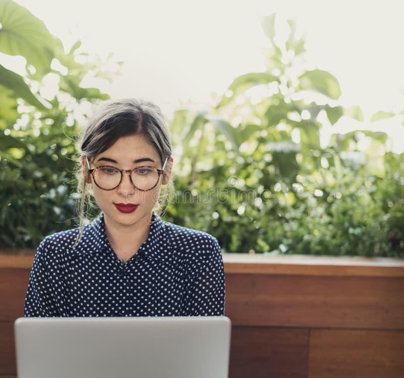 Frauen-Computer-Internet-Café-zufälliges denkendes Konzept lizenzfreie stockfotografie