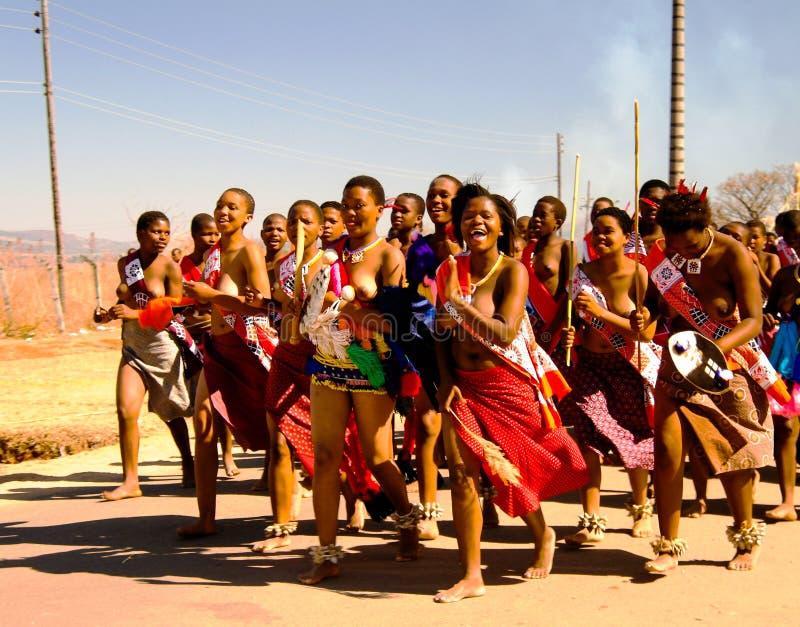 Frauen in den traditionellen Kostümen marschierend bei Umhlanga alias Reed Dance 01-09-2013 Lobamba, Swasiland stockbilder