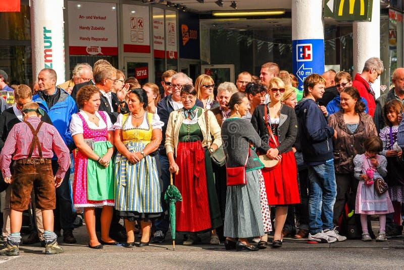 Frauen in den typischen bayerischen Kleidern stehen auf der Beschränkung lizenzfreies stockbild
