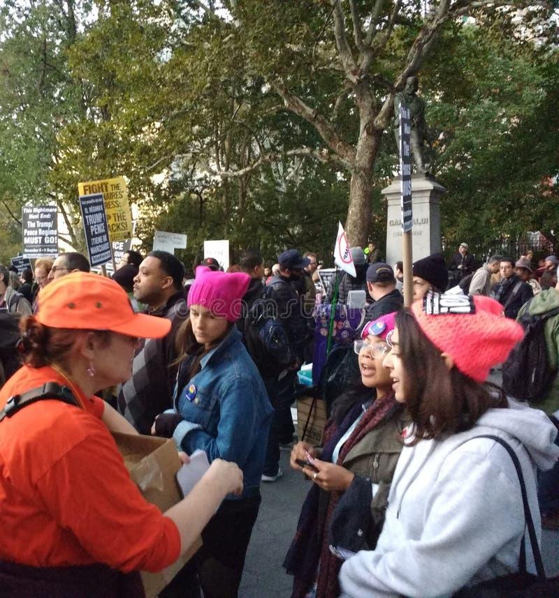 Frauen an der Anti-Trumpf-Sammlung, Washington Square Park, NYC, NY, USA lizenzfreie stockbilder