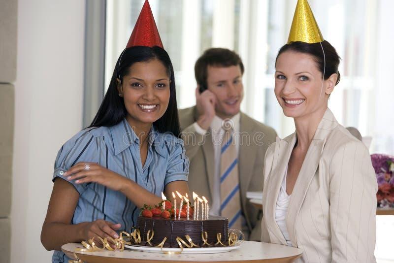 Frauen an der Büroparty lizenzfreies stockfoto