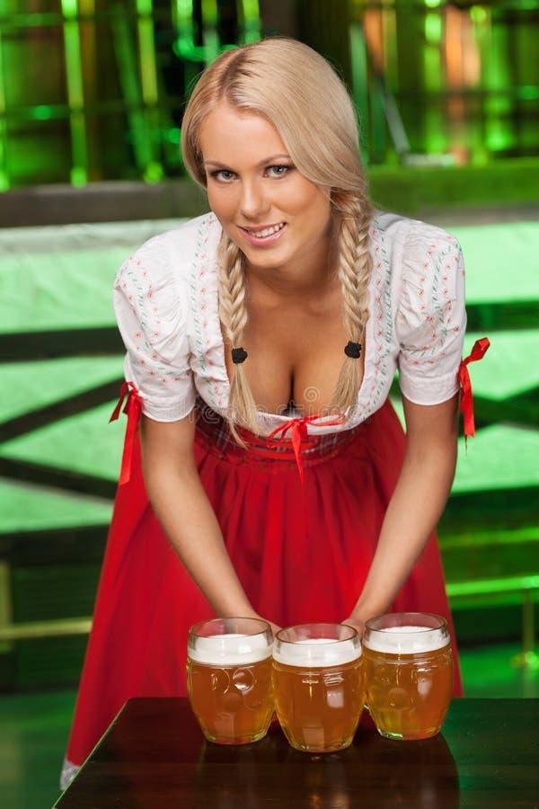 Frauen in der traditionellen deutschen Kleidung. Schöne junge Frauen in t lizenzfreie stockbilder