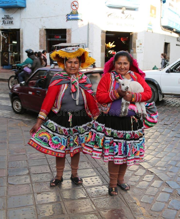 Frauen in der traditionellen peruanischen Kleidung stockfotos