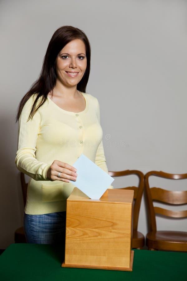 Frauen in der Wahl mit Stimmzetteln und Wahlurne stockfotografie