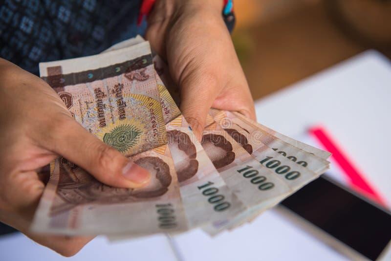 Frauen des Geldes in der Hand Die goldene Taste oder Erreichen für den Himmel zum Eigenheimbesitze lizenzfreie stockbilder
