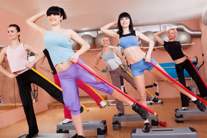 Frauen, die aerobes Training tun lizenzfreie stockbilder
