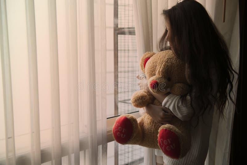 Frauen, die allein mit Traurigkeit und Nostalgie leben stockbild