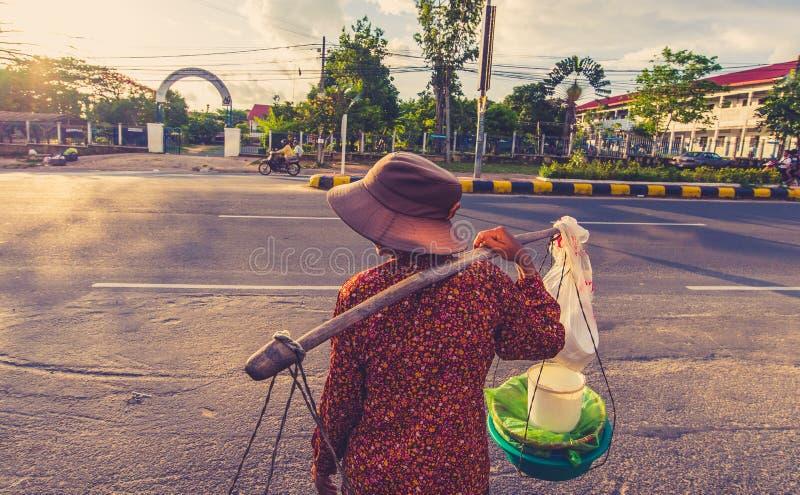 Frauen, die auf Markt gehen lizenzfreies stockbild
