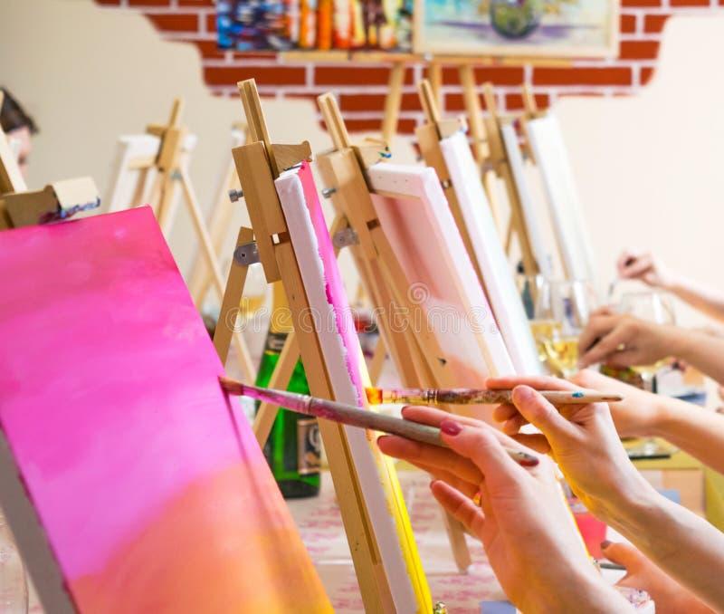 Frauen, die auf Segeltuch während der masterclass im Kunststudio, nur Hände zeichnen stockbilder