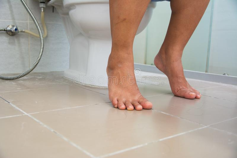 Frauen, die auf Toilette stationieren lizenzfreie stockbilder