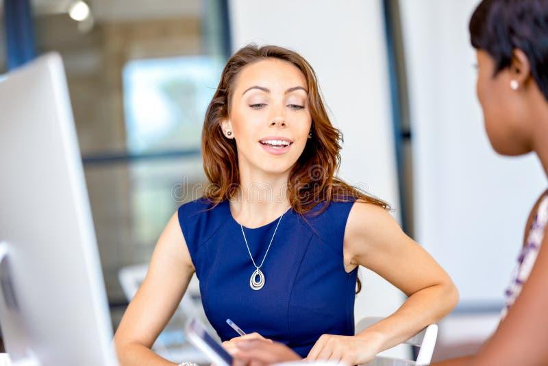Frauen, die, Büroinnenraum zusammenarbeiten stockfoto