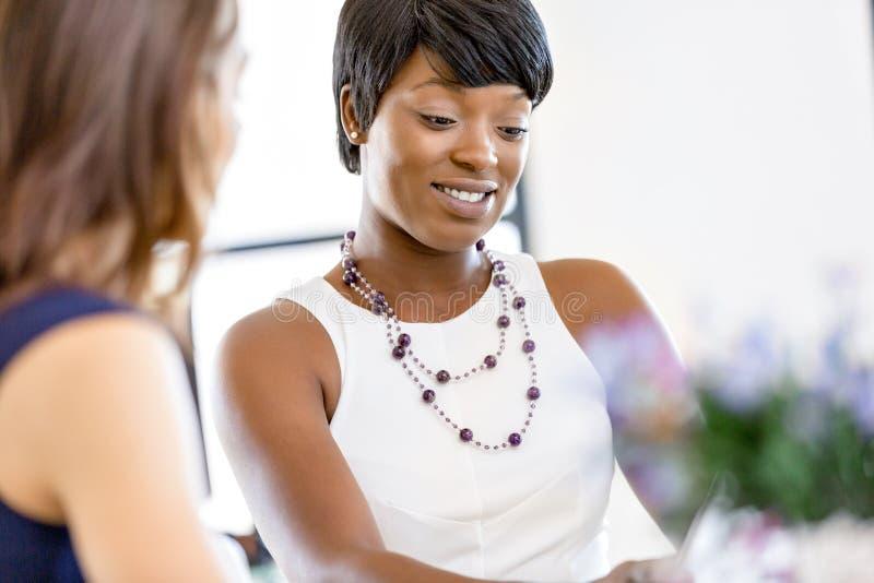 Frauen, die, Büroinnenraum zusammenarbeiten stockbild