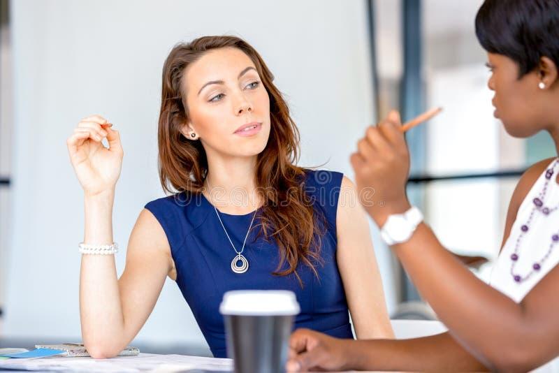 Frauen, die, Büroinnenraum zusammenarbeiten stockfotografie