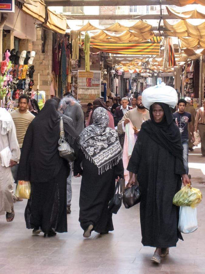 Frauen, die beim Souk kaufen. Ägypten lizenzfreies stockfoto