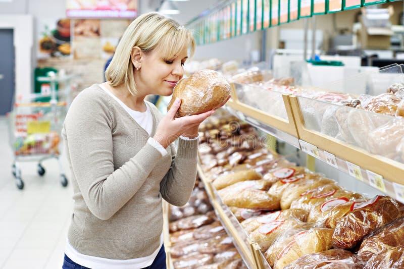 Frauen, die Brot im Shop wählen lizenzfreies stockfoto