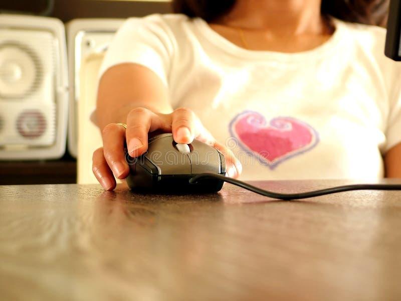 Frauen, die an Computer arbeiten lizenzfreies stockfoto