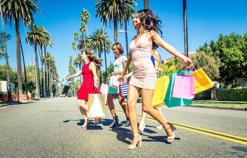 Frauen, die das Einkaufen in Beverly Hills machen stockbilder
