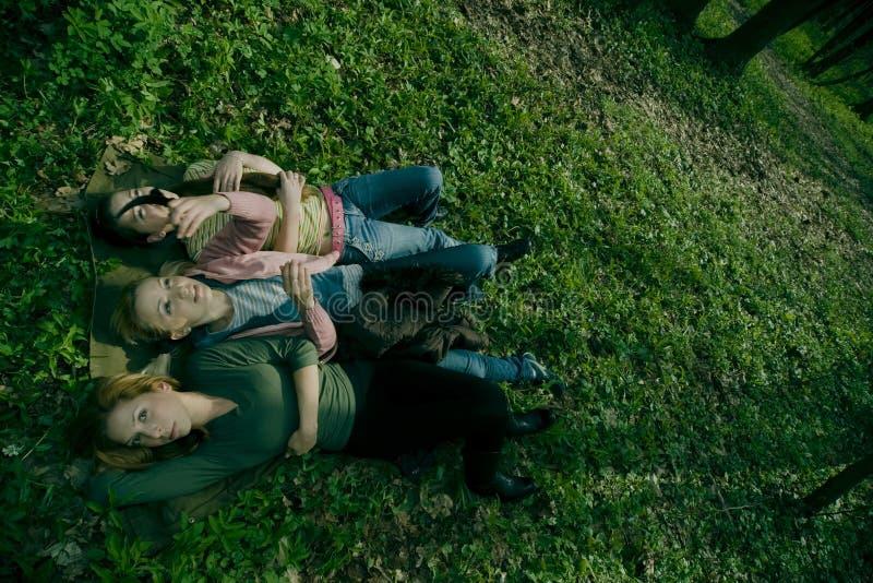 Frauen, die in das Gras legen lizenzfreies stockfoto