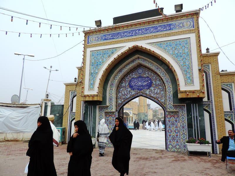 Frauen, die das hijab geht außerhalb des Grabs des Prophets Hud und des Prophets Saleh, Kerbela, der Irak tragen stockbild