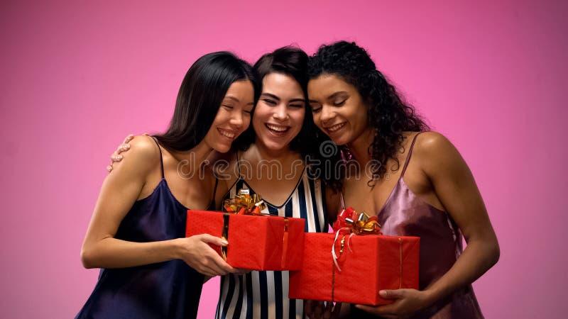 Frauen, die dem Freund Geschenke geben und, Spa? an der Brautdusche habend, Freude umarmen stockfoto