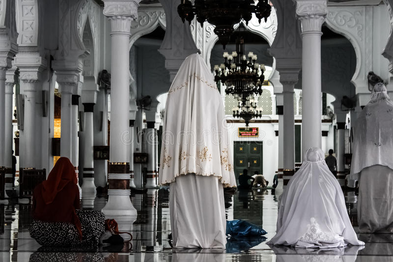 Frauen, die in der Moschee beten lizenzfreie stockfotografie