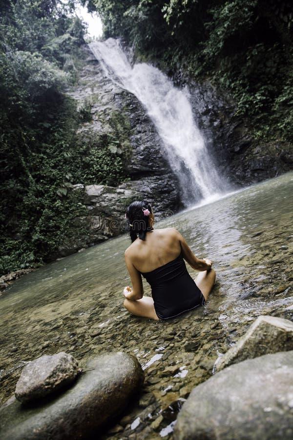 Frauen, die draußen im grünen Park auf Naturhintergrund meditieren lizenzfreies stockbild