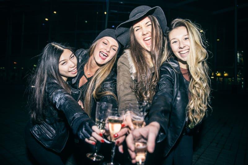 Frauen, die draußen partying sind stockfoto