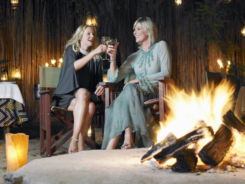 Frauen, die durch Feuer rösten stockfoto
