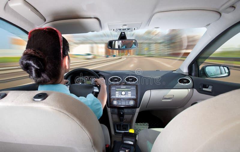 Frauen, die ein Auto antreiben stockbild