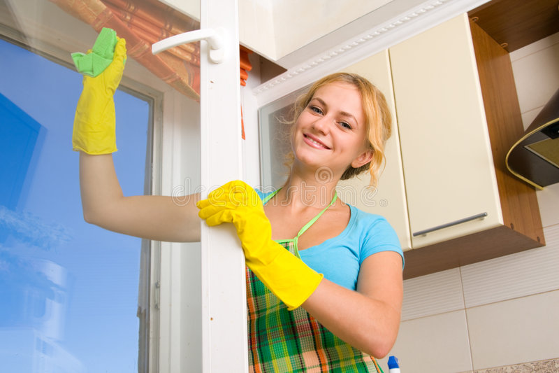 Frauen, die ein Fenster säubern stockbilder