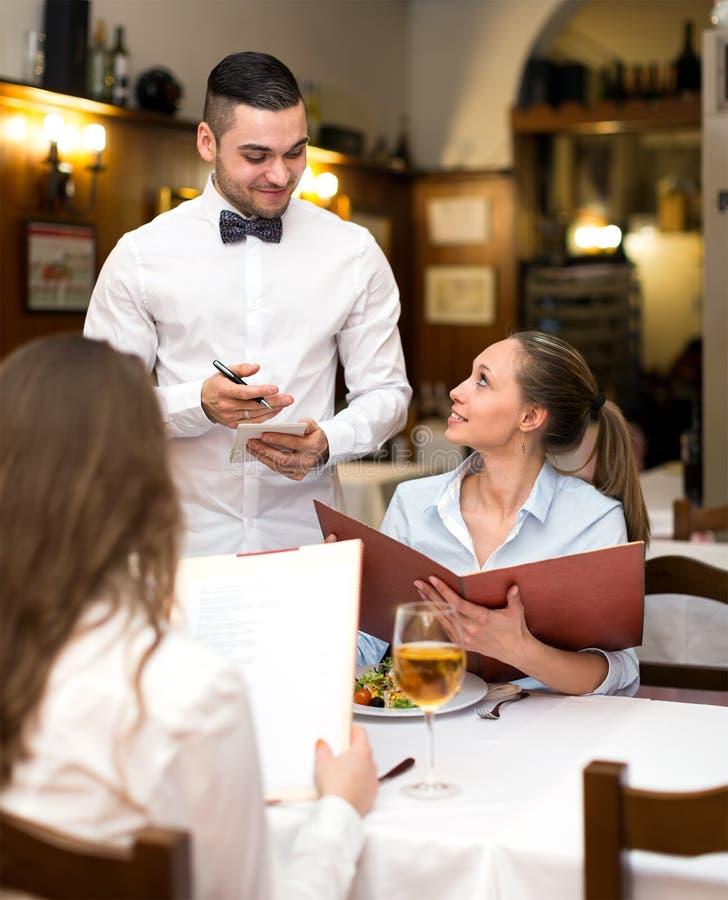 Frauen, die eine Bestellung in einem Restaurant machen lizenzfreie stockfotos