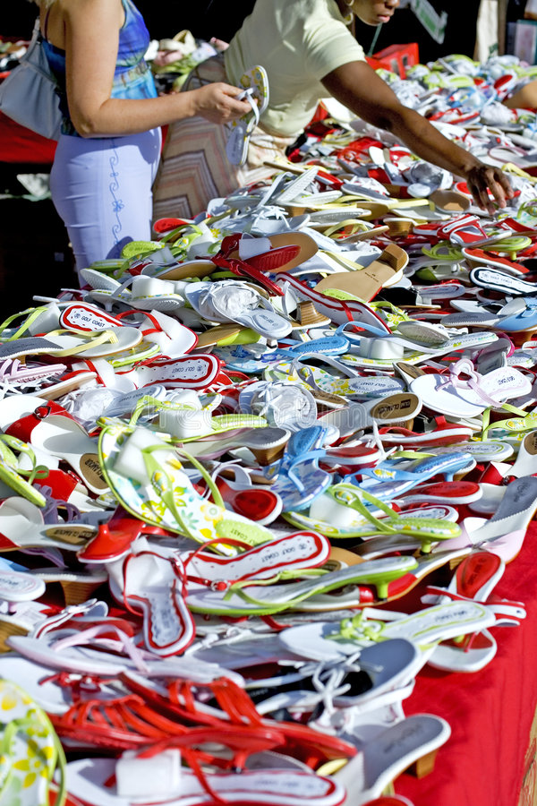 Frauen, die an einem spanischen Markt kaufen stockbilder