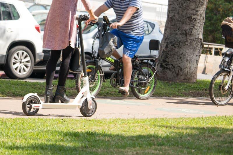 Frauen, die einen elektrischen Roller reiten lizenzfreie stockfotos