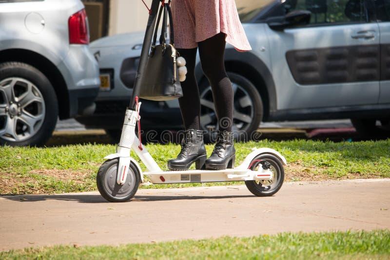 Frauen, die einen elektrischen Roller reiten lizenzfreie stockbilder