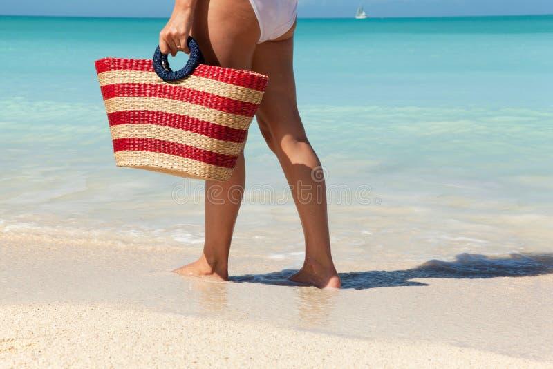 Frauen, die entlang das Meer gehen lizenzfreies stockfoto