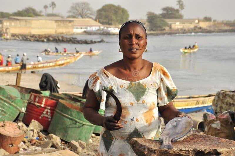 Frauen, die Fische am Fischmarkt, Dakar säubern stockfotos
