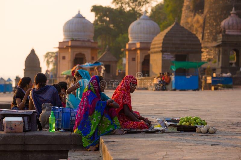 Frauen, die Gemüse auf der Straße auf dem heiligen ghat bei Maheshwar, Madhya Pradesh, Indien verkaufen lizenzfreies stockbild